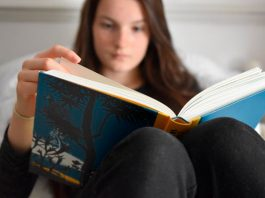 Ways to read in bed without hurting your neck